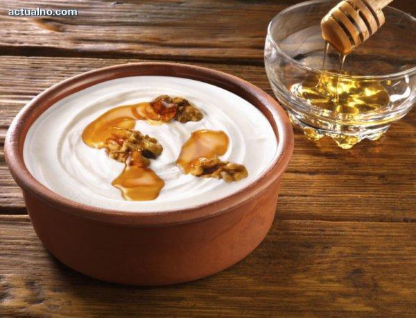 Кисело мляко с мед и орехи