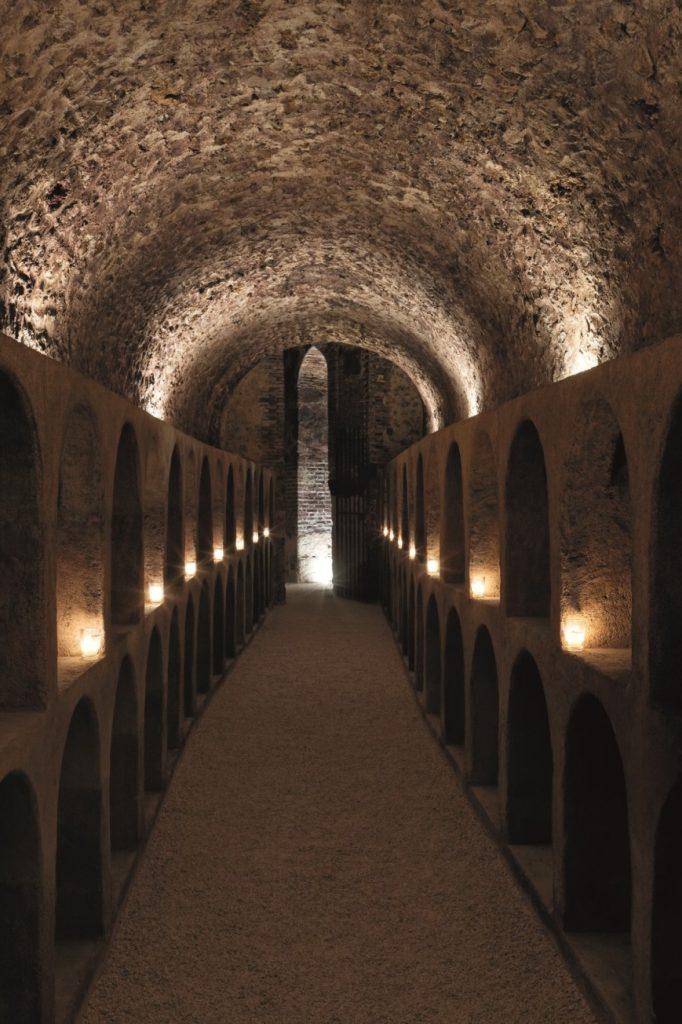*Избите на Moet & Chandon формират лабиринт под френската столица на шампанското. Снимка © Francis Hammond